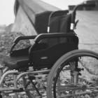 Tom rullestol ved bro