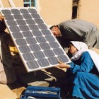 Soraya setter opp panel Kirkens Nodhjelp