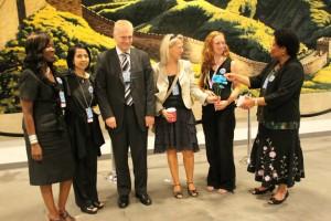 Norge mottar blomst fra Control Arms-aktivister for sin innsats for å inkludere kjønnsbasert vold på FN-forhandlinger om Arms Trade Treaty