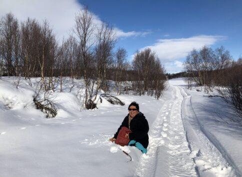 Jeg faller gjennom snøen rett attmed et skuterspor.