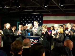 Mark Warner taler til velgerne i Virginia kvelden før valget