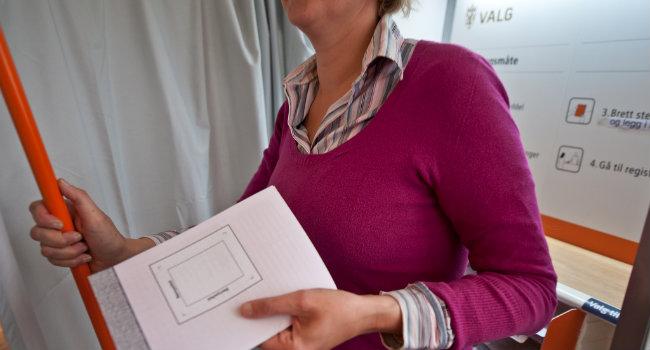 kvinne i valglokale