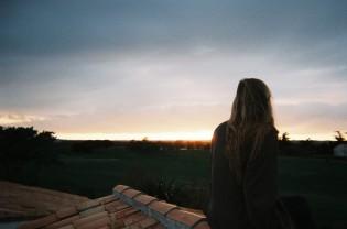 Kvinne ser utover himmelen